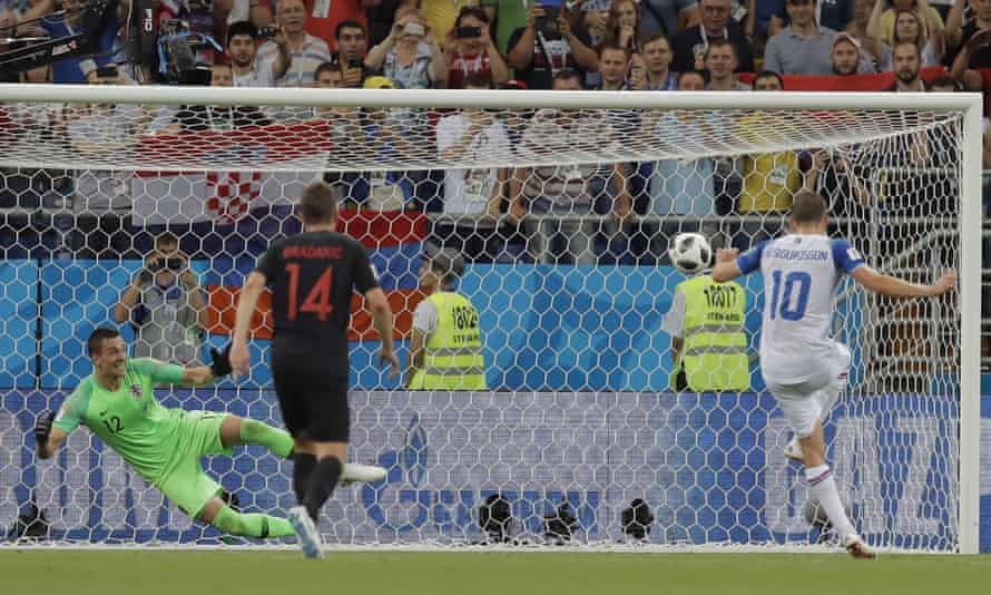 Gylfi Sigurdsson scores from the penalty spot to give Iceland hope of winning the game and qualifying from Group D.