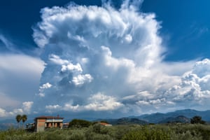 Also visible are some udder-like protuberances hanging from the under surface of the cloud which are supplementary feature mamma and caused by powerful downdraughts. Other developing cells can be seen in the image, including Cumulus mediocris and Cumulus congestus. In the background on the left of the image, we see the spread of a developed anvil associated with a different Cumulonimbus cell.