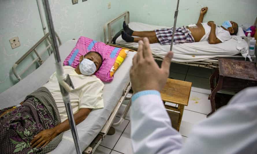 Dr Nelson Garcia at Hospital Espana has 6,000 CKD patients and 60% have CKDu. In this photo he visits Juan Bautista Meza, 60, and Roger Caduna Vanela, 55.
