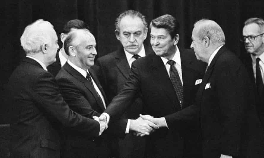 A four-way handshake between (from left) Soviet foreign ninister Eduard Shevardnadze, Soviet leader Mikhail Gorbachev, US president Ronald Reagan and US secretary of state George Schultz, November 1985.