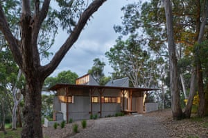 Bay Guarella House by Peter Stutchbury Architecture is adjacent to the raw edge of Guerilla Bay and set among a stunted forest