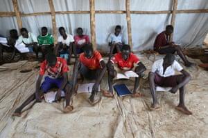 2016年12月7日,逃离南苏丹战斗的青年在乌干达北部Yumbe区南苏丹边境附近Bidi Bidi2018线上博彩娱乐排行营的安置营地上课.REUTERS / James Akena