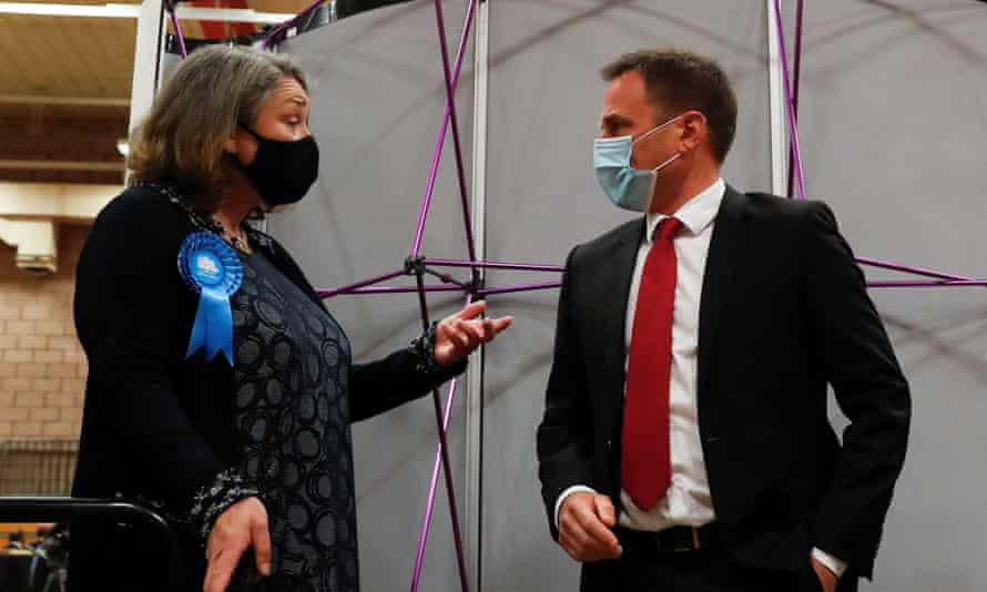 Conservative candidate Jill Mortimer speaks with Labour candidate Paul Williams while they await the result of the Hartlepool byelection, 7 May.