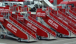 Les escaliers d'embarquement des avions Jet2.com sont stockés à l'aéroport de Stansted