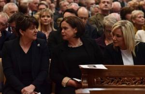 En el funeral de Lyra McKee, de izquierda a derecha: la líder del DUP Arlene Foster, la líder del Sinn Fein Mary Lou McDonald y la subdirectora del Sinn Fein, Michelle O'Neill