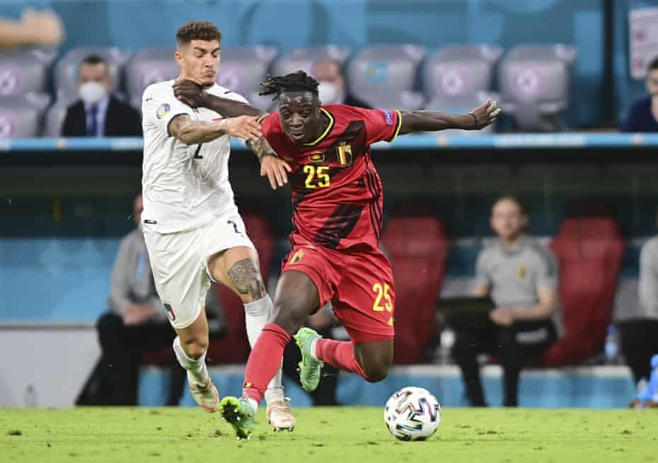 The Belgian Jérémy Doku endures a challenge from the Italian Giovanni Di Lorenzo.