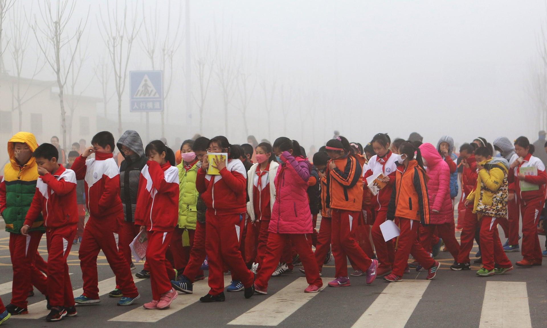 Alumnos de escuelas pupilas de China se tapan el rostro para no respirar el aire contaminado