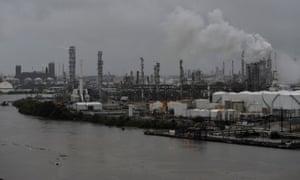 La Refinería Valero Houston está amenazada por las hinchadas aguas del Buffalo Bayou.