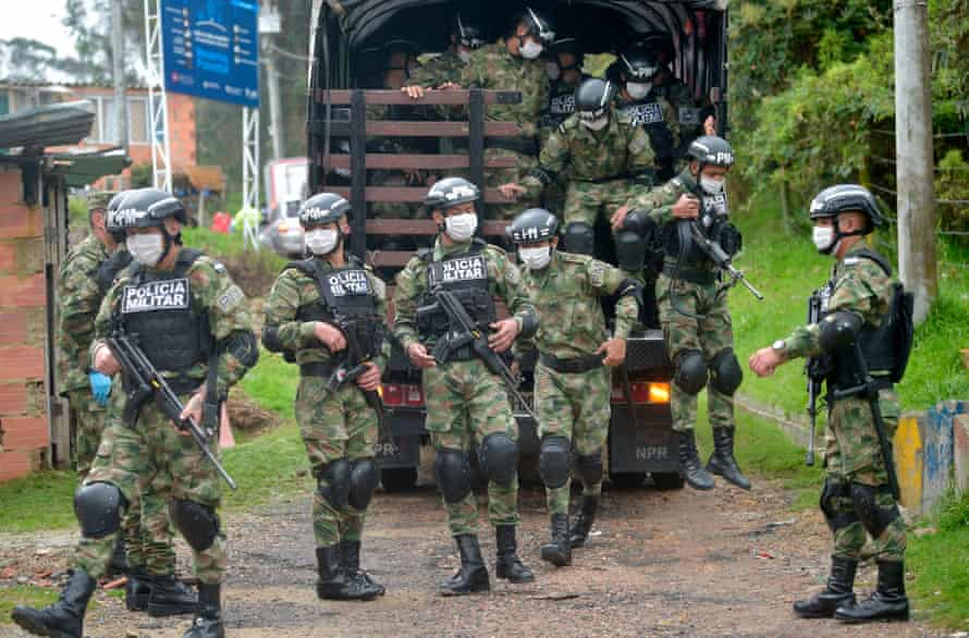 Colombian soldiers deliver food