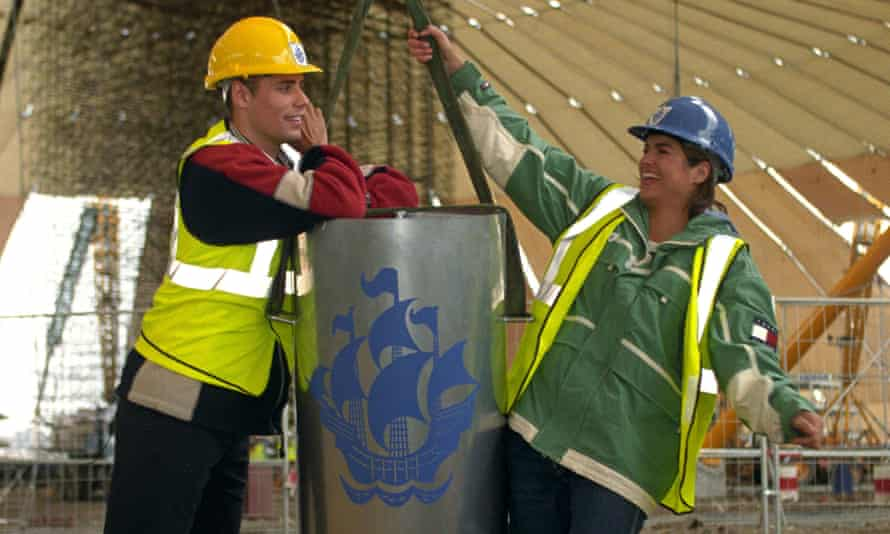 Blue Peter presenters Richard Bacon and Katy Hill with the Blue Peter time capsule in 1998.