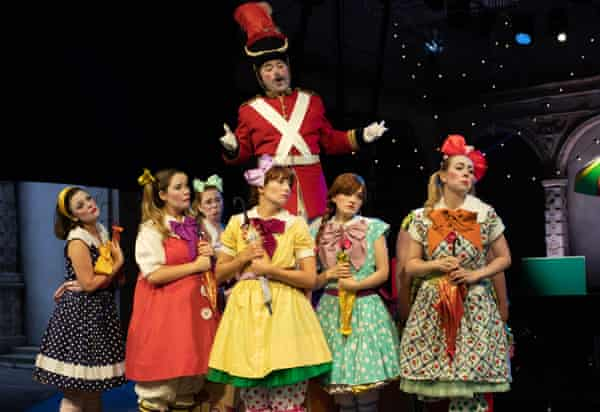 Richard Burkhard as Major-General Stanley with Daisy Brown as Mabel, Alys Roberts as Edith, Sophie Dicks as Kate and Lotte Betts-Dean as Isabel and members of the Opera Holland Park.