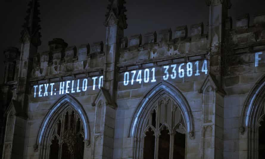 L'innovation… les provocateurs théâtraux Headlong a projeté un numéro de téléphone sur une église bombardée afin que les passants puissent entendre The Ghost Caller.