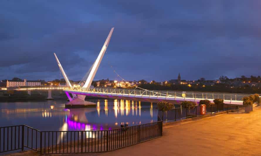 Peace Bridge, Derry, illuminated at night.