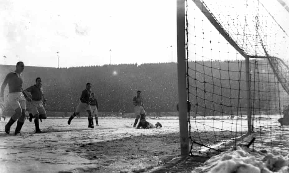 Blackpool, among the First Division title challengers, score at Chelsea on 8 March 1947