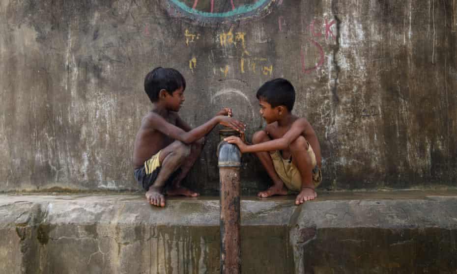 Rohingya children at a water pipe
