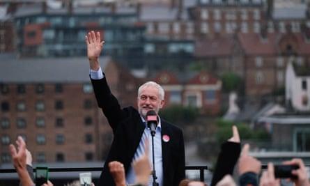 Jeremy Corbyn waves to a waving crowed in Gateshead, 7 June 2017
