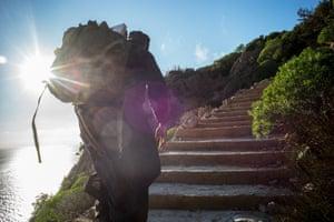Ένας μοναχός ξεκινά το ταξίδι μέχρι τα πολλά βήματα προς την απομονωμένη του κυψέλη.