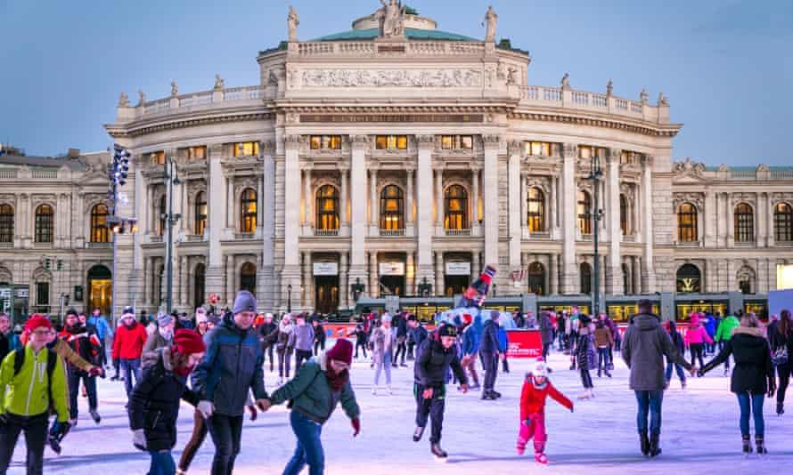 Crowd of people skating in front of Rathausplatza