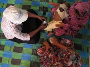 Nafissa与志愿者和Intersos支持性别暴力支持中心的员工。