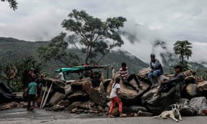 Displaced families from the banks of the Cauca river camp on a road near Ituango, Antioquia, Colombia on 13 May 13.