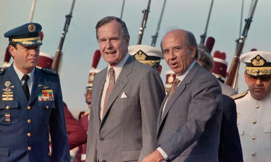 Carlos Andres Pérez, right, greets US president George HW Bush on his arrival at Maiquetia International Airport, outside Caracas, 1990