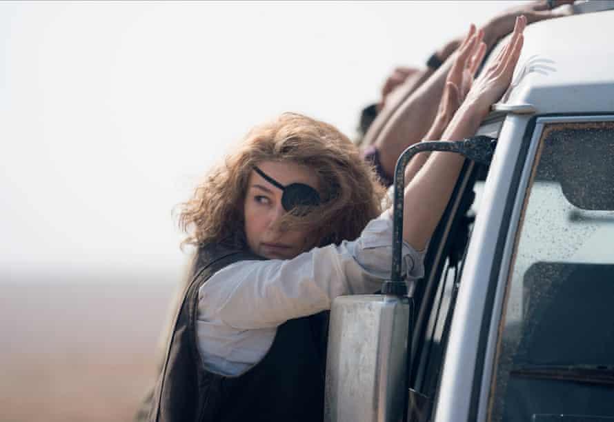 Rosamund Pike as Marie Colvin in A Private War.