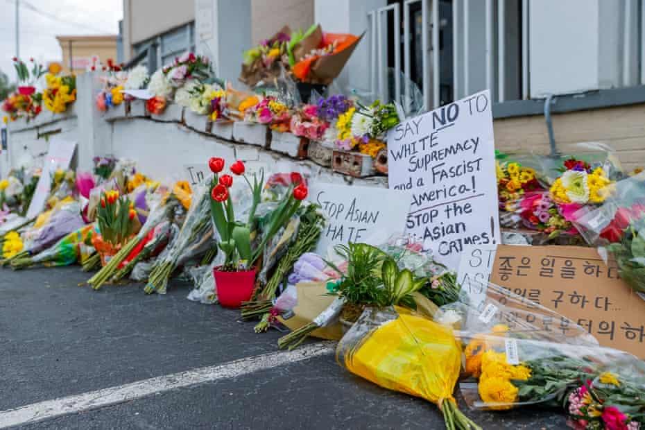 گلها و علائم در محل یادبود درحال رشد در صحنه دو مورد تیراندازی در سالن ماساژ در آتلانتا ، جورجیا.