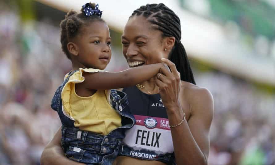 Allyson Felix เฉลิมฉลองหลังจากจบอันดับสองของเธอในการวิ่ง 400 เมตรหญิงในการแข่งขันกีฬาโอลิมปิกที่สหรัฐอเมริกาเมื่อวันอาทิตย์กับ Camryn ลูกสาววัย 2 ขวบของเธอ