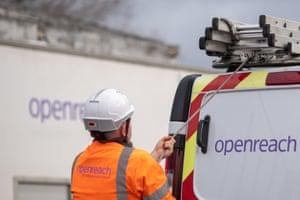 Seorang insinyur Openreach sedang memuat vannya. Anak perusahaan BT mempekerjakan lebih dari 5.000 insinyur untuk mempercepat peluncuran broadband serat penuh.