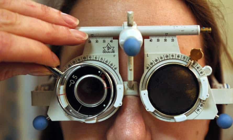 Una persona que se somete a un examen de la vista.