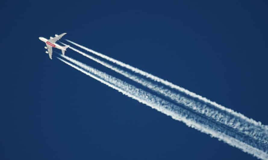 an airplane vapour trail