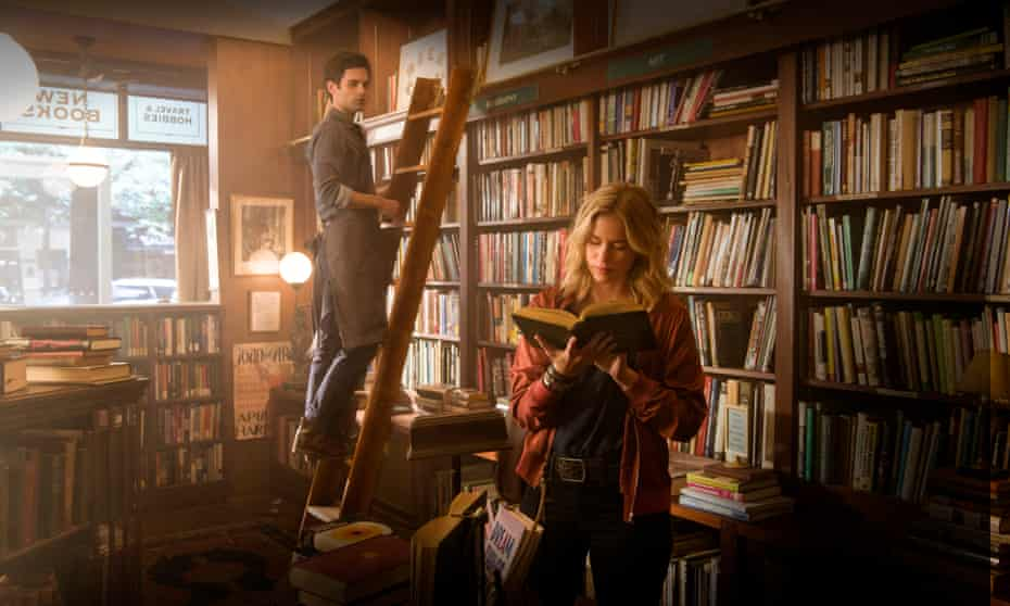 Penn Badgley and Elizabeth Lail in You.