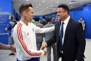 Former Brazilian player Ronaldo shakes hands with Denis Cheryshev of Russia.