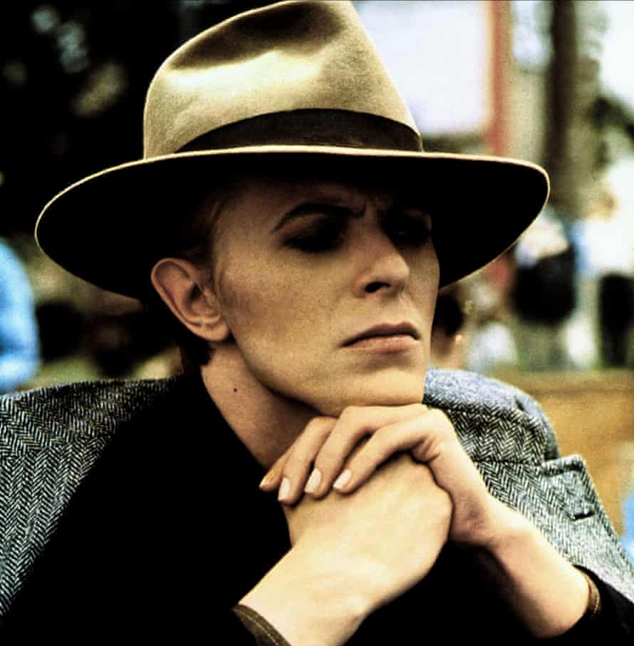 Bowie wearing fedora in The Man Who Fell to Earth