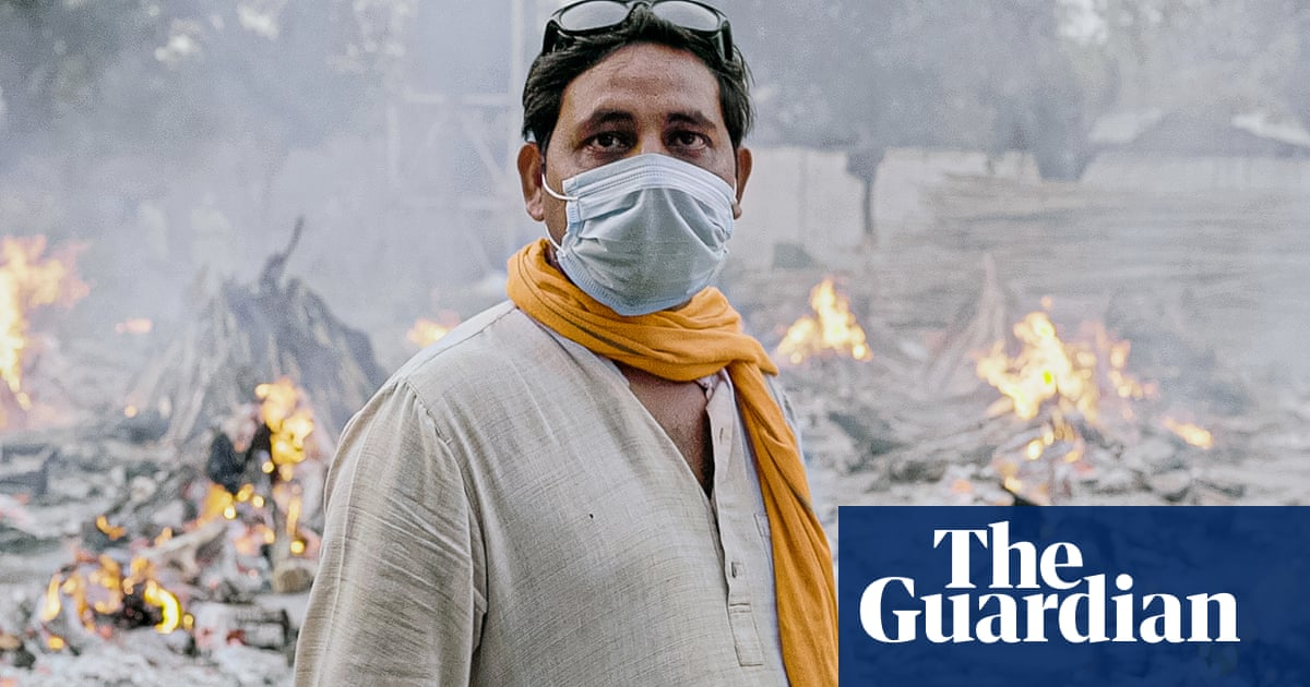 The Hindu priest struggling to cremate India's Covid dead – video