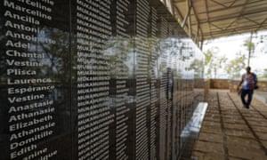 اسامی قربانیان نسل کشی بر روی دیوار خارج از کلیسایی در ناتاراما ، رواندا
