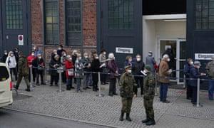 مردم روز پنجشنبه در خارج از مرکز واکسیناسیون در برلین صف می کشند.  بسیاری از آنها با تاکسی به آنجا رسیده بودند و هزینه آن را دولت پرداخت می کرد.