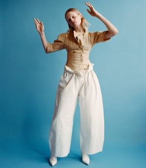 Hanne Gaby Odiele in oversized puffy white trousers and a tight-fitting beige top