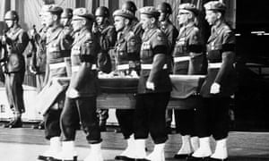 Swedish soldiers carry Hammarskjöld's body from a plane