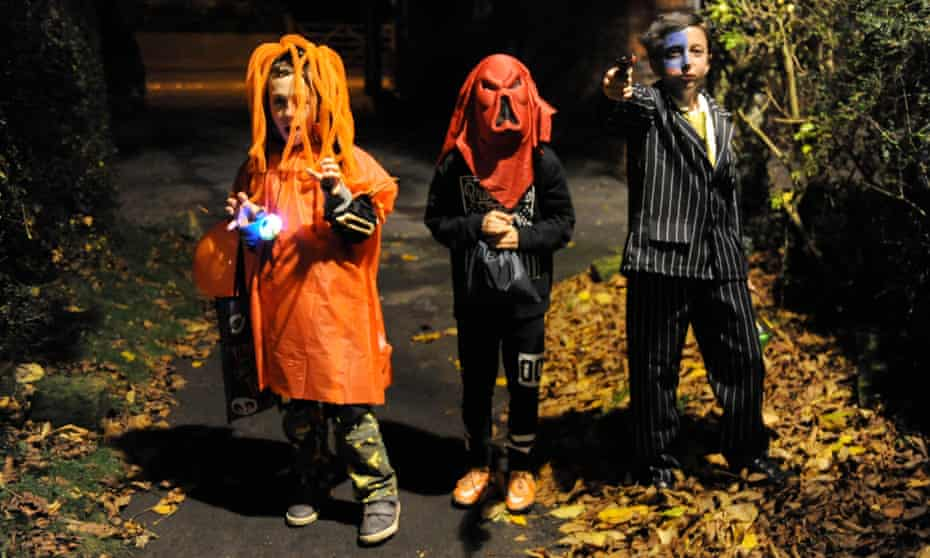 Trick or treating at Halloween in a village in North Yorkshire, England UK. Image shot 10/2015. Exact date unknown.F5TCJ7 Trick or treating at Halloween in a village in North Yorkshire, England UK. Image shot 10/2015. Exact date unknown.