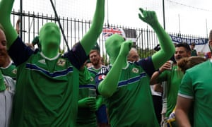 Northern Ireland fans sing and drink on June 21, 2016 in Paris, ahead of the Euro 2016 football tournament match opposing Northern Ireland to Germany. / AFP PHOTO / DOMINIQUE FAGETDOMINIQUE FAGET/AFP/Getty Images