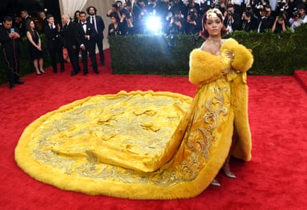Rihanna arrives at the 2015 Met Ball