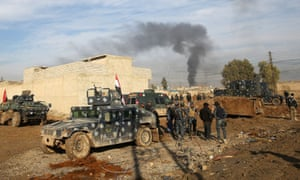 Iraqi pro-government forces advance in Mosul's south-eastern Sumer neighbourhood on Thursday.