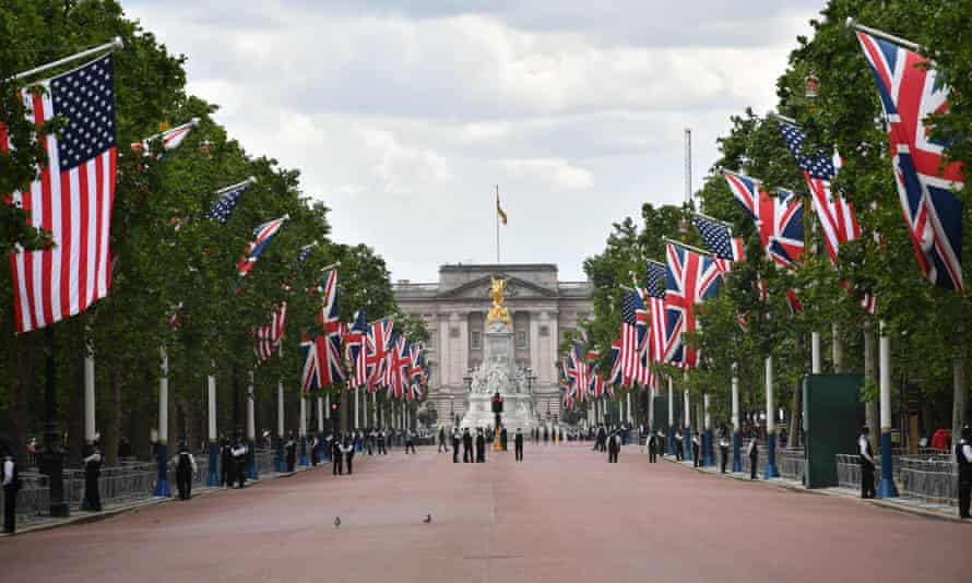 UK and US flags line the Mall.