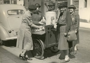 Lady Worsley trying out a WVS snack bar trailer, Hastings, Sussex, 19 June 1943