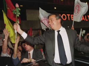António Guterres accepts roses from a supporter  in Lisbon