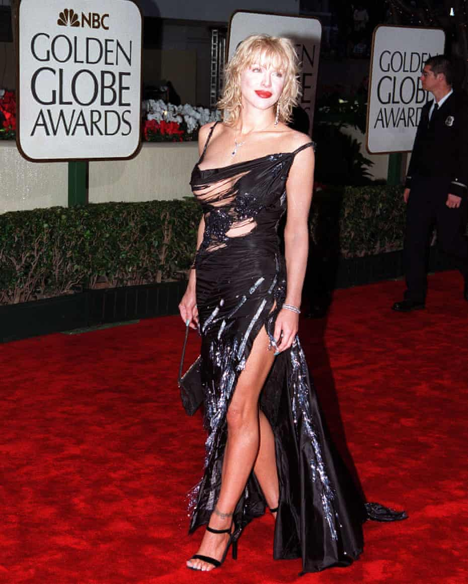 Courtney Love arrives at the Golden Globes in 2000