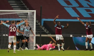 West Ham players all appeal for a handball.