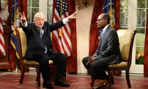 Alec Baldwin as President Trump and Michael Che as journalist Lester Holt.