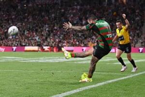 Rabbitohs 的 Adam Reynolds 试图在 Penrith Panthers 和 South Sydney Rabbitohs 之间的 2021 年 NRL 总决赛中得分